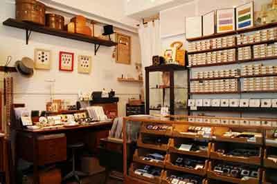 CO-の店内に多数のアンティークボタンが飾られている