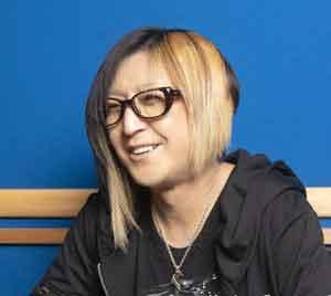 金髪黒縁メガネをかけたHISASHI