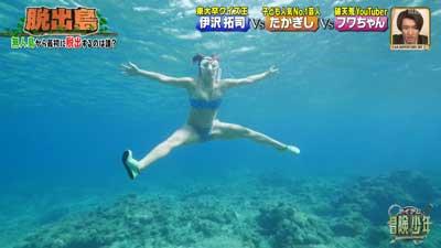 水着を着たフワちゃんが海の中で大開脚