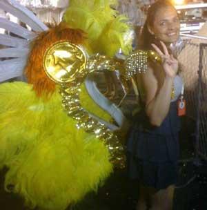リオのカーニバルの装飾を付けたラウラ