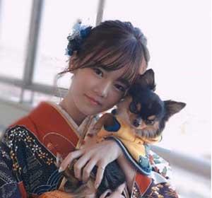着物で愛犬を抱っこしている川口葵