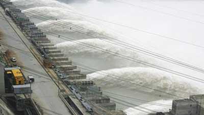 7月13日の三峡ダム放水の様子