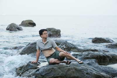 マキエマキの夫が海岸で横たわる