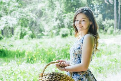 籠を持った美少女