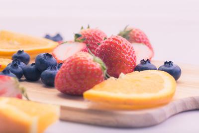 お皿にたくさん載ったフルーツ